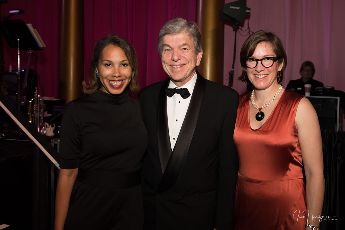 Cancer Champion Senator Roy Blunt (C) with Gala Co-Chairs Angela Riemer (L) and Rai Downs (R).